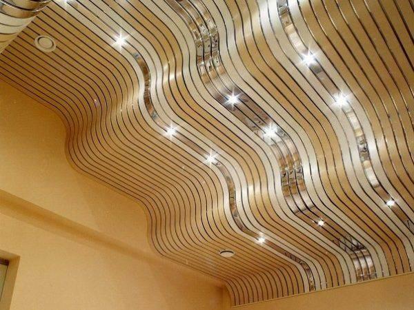 Реечный-потолок-его-особенности-виды-и-монтаж-2