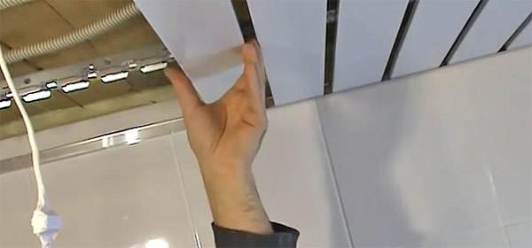 Реечный-потолок-его-особенности-виды-и-монтаж-5