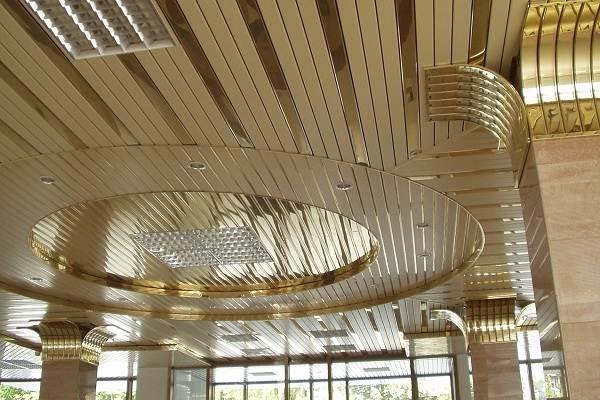 Реечный-потолок-его-особенности-виды-и-монтаж-6