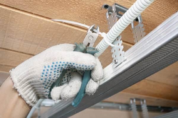 Реечный-потолок-его-особенности-виды-и-монтаж-8