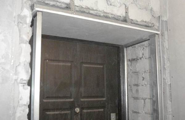 Как-штукатурить-откосы-входной-двери-1